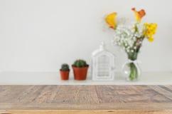 Красивые цветки в вазе перед деревянной пустой таблицей Подготавливайте для представления дисплея продукта Стоковое Изображение
