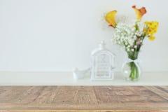 Красивые цветки в вазе перед деревянной пустой таблицей Подготавливайте для представления дисплея продукта Стоковая Фотография RF