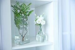 Красивые цветки в стеклянных вазах Стоковые Фотографии RF