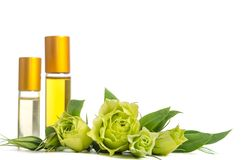 Красивые цветки и бутылки Eustoma с маслами для кожи стоковые изображения rf