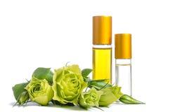 Красивые цветки и бутылки Eustoma с маслами для кожи стоковые фотографии rf