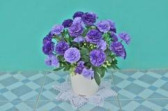 Красивые цветки и ваза Стоковое Изображение