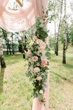 Красивые цветки и розы пастельного цвета на своде свадьбы стоковые изображения