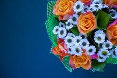 Красивые цветки на голубой предпосылке Стоковое Изображение RF