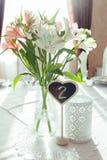 Красивые цветки на расположении украшения таблицы свадьбы Стоковые Изображения