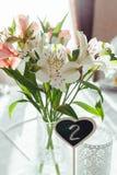 Красивые цветки на расположении украшения таблицы свадьбы Стоковое Изображение RF