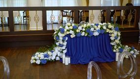 Красивые цветки на таблице в свадьбе day-2 видеоматериал