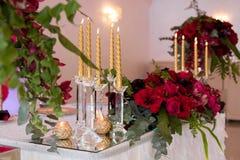 Красивые цветки на таблице в дне свадьбы Роскошная предпосылка праздника Стоковое Фото