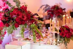 Красивые цветки на таблице в дне свадьбы Роскошная предпосылка праздника Стоковые Фотографии RF