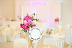 Красивые цветки на таблице в дне свадьбы Стоковая Фотография RF