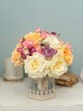 Красивые цветки на таблице Стоковые Фото