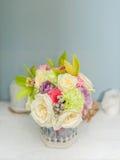 Красивые цветки на таблице Стоковые Фотографии RF