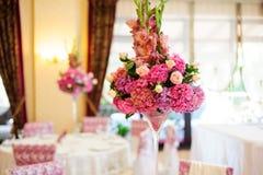 Красивые цветки на таблице Стоковое фото RF