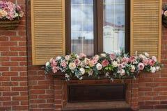 Красивые цветки украшают окно Стоковое фото RF