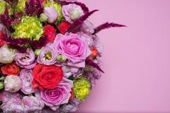 красивые цветочная композиция, пинк и красная роза, розовый eustoma, желтая хризантема Стоковое фото RF