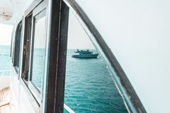 Красивые части яхты или корабля, взгляд со стороны плавания яхты на море стоковые фотографии rf
