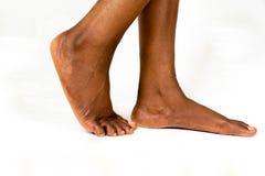 Красивые черные женские плоские ноги с ровной кожей Младенец ноги Афро-американской женщины здоровый Ноги нагого младенца изолиро стоковые фото