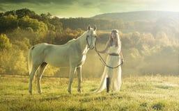 Красивые чувственные женщины с белой лошадью Стоковые Фотографии RF
