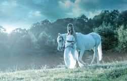 Красивые чувственные женщины с белой лошадью Стоковое Фото