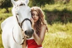 Красивые чувственные женщины с белой лошадью стоковое изображение