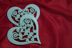 Красивые чувствительные белые сердца на красной предпосылке Стоковые Изображения RF