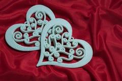 Красивые чувствительные белые сердца на красной предпосылке Стоковая Фотография