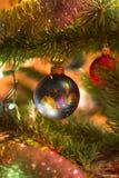 Красивые шарики синего стекла на рождественской елке Стоковые Фото