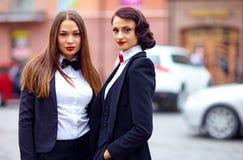 Красивые элегантные девушки в черных костюмах Стоковая Фотография RF