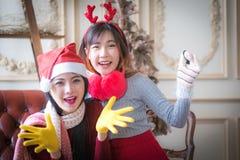 Красивые элегантные женщины празднуют рождество Стоковое фото RF