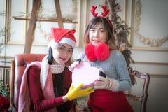 Красивые элегантные женщины празднуют рождество Стоковая Фотография RF
