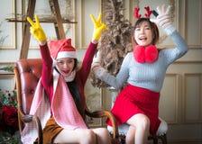 Красивые элегантные женщины празднуют рождество Стоковые Изображения