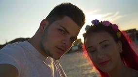 Красивые любовники на видео вызывая их друзей от пляжа на заходе солнца акции видеоматериалы