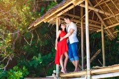 красивые любящие пары в тропической хате стоковая фотография rf