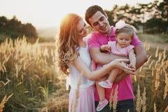 Красивые люди семьи из трех человек, папа мамы и дочь стоковая фотография