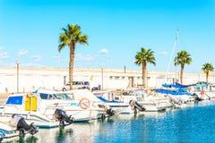 Красивые яхты и моторные лодки роскоши поставленные на якорь в гавани, Стоковое фото RF