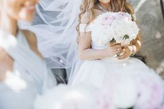 Красивые bridesmaids и невеста держа стильные букеты пиона Стоковые Изображения