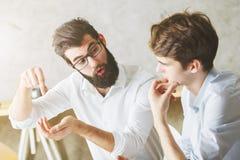 Красивые busiessmen связывая в офисе Стоковая Фотография