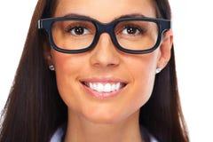 Красивые eyeglasses молодой дамы нося Стоковые Фото