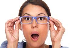 Красивые eyeglasses молодой дамы нося Стоковое Изображение RF
