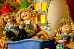 Красивые figurines iwith состава ребенка, закусок, сухих листьев, грецких орехов и деревенского украшения стоковое фото rf