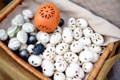 Красивые handmade керамические пасхальные яйца продали в ежегодных традиционных ремеслах справедливо в Вильнюсе Стоковая Фотография RF