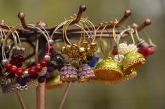 Красивые handmade серьги которое делает женщин смотрят красивыми Стоковое Фото