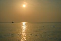 Красивые locals восхода солнца имея предыдущий заплыв Стоковое Изображение RF