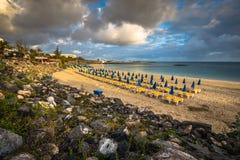 Красивые loungers солнца с парасолями на пляже Стоковые Фото