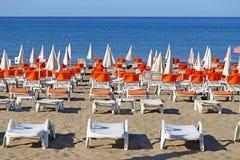 Красивые loungers солнца Стоковое Изображение RF