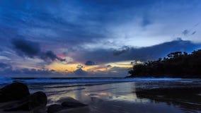 Красивые moving облака над океаном на заходе солнца в Пхукете, Таиланде сток-видео