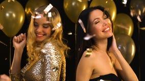 Красивые multiracial танцы женщин на партии под падая confetti, торжестве акции видеоматериалы