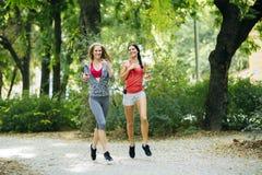 Красивые sporty женщины jogging Стоковые Фото