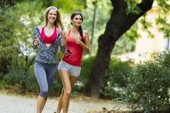 Красивые sporty женщины jogging Стоковые Фотографии RF