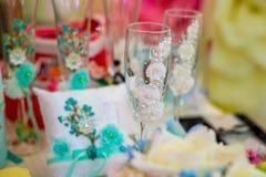 Красивые wedding стекла на таблице Аксессуары свадьбы Стоковое Изображение
